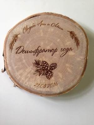 Подставка для горячего из среза дерева с памятной гравировкой